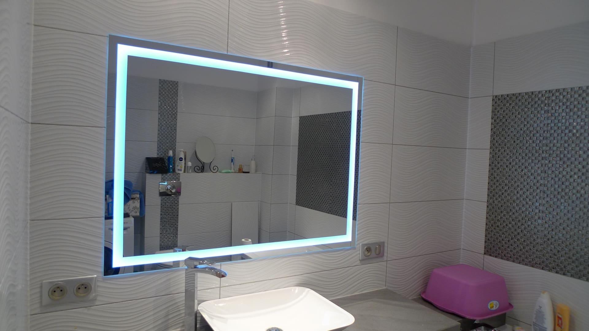 nowoczesne lustro z podświetleniem
