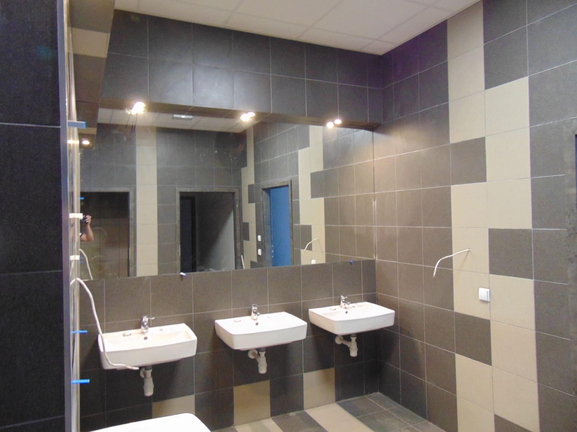 duże lustro w toalecie