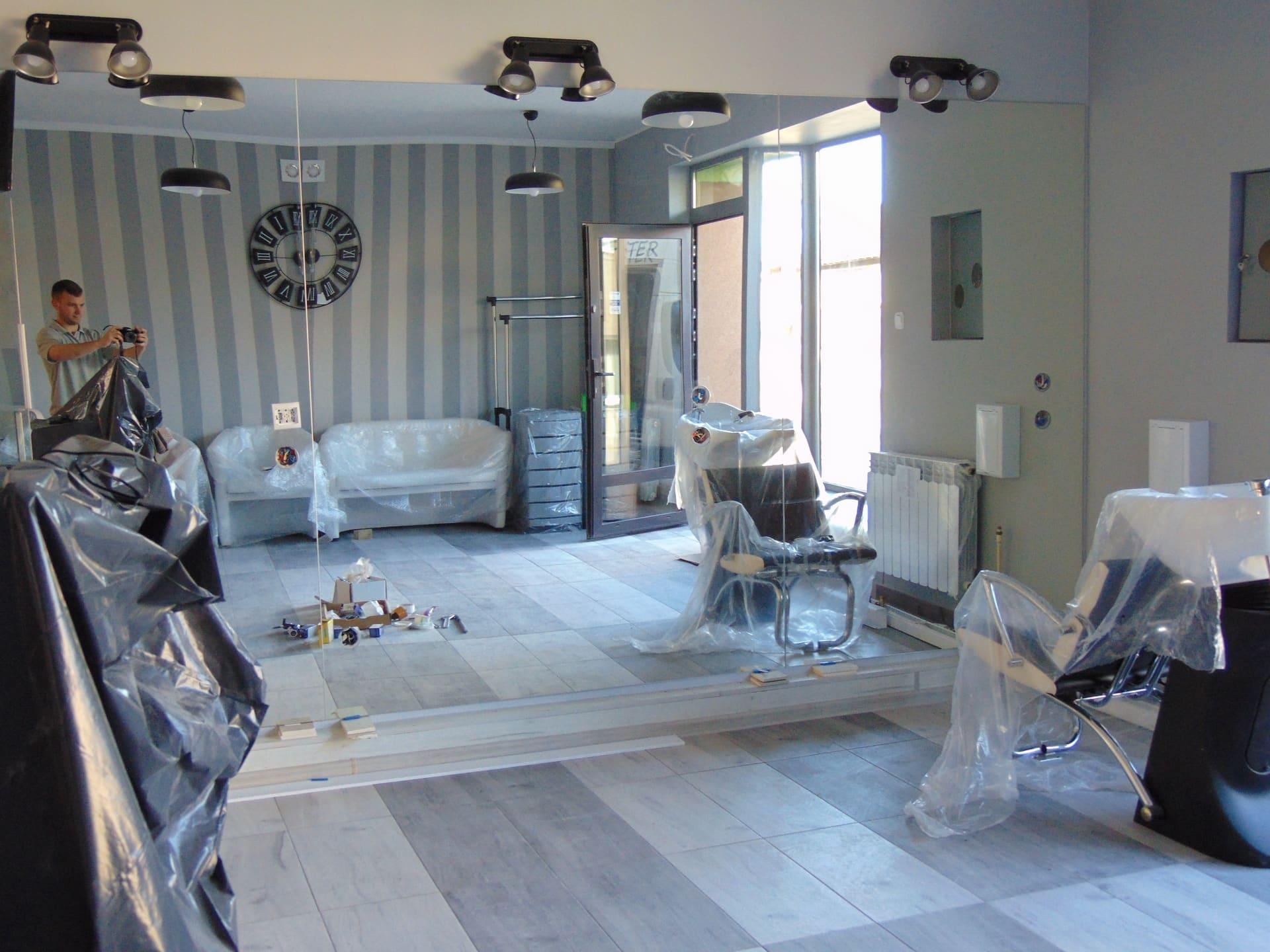 lustrzana ściana w salonie